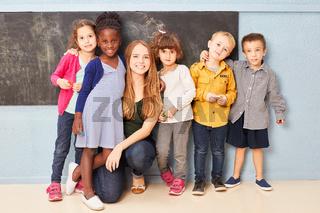Gruppe Kinder und Lehrerin als Freunde