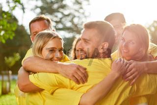 Erfolgreiches Team umarmt sich glücklich
