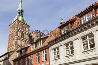 Nikolaikirche mit Häusern in der Altstadt, Stralsund, Deutschland