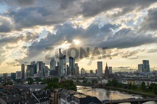 Skyline der Stadt Frankfurt am Main am Abend