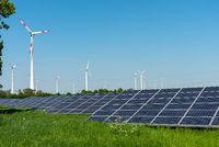 Windkraftanlagen und Solarzellen