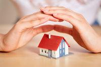 Hände schützen Haus als Versicherung Konzept