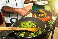 Chefkoch bei einer Kochvorführung der indischen Ayurveda-Küche