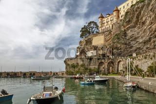Hafen mit Pazzo Mezzacapo, Maiori