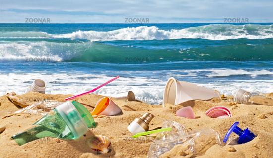 Strand mit Plastikmüll
