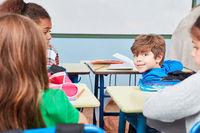 Glücklicher Schüler ist aufmerksam und fleißig