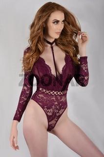 Sexy, grosser, schlanker, vollbusige Rothaarige mit violettem Bodystocking