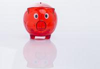 Vorderansicht eines roten Sparschweins