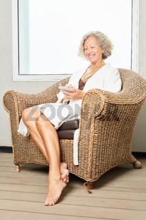 Senior Frau schreibt SMS auf Smartphone