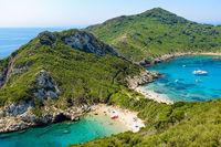 Die Timoni-Bucht in Afionas, ein beliebtes Reiseziel, Korfu, Griechenland