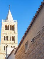 Glockenturm der Marienkirche in der Altstadt von Rab, Kroatien