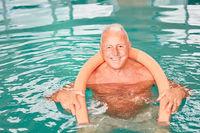 Glücklicher Senior Mann mit Schwimmhilfe