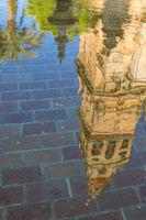 Spiegelung des Glockenturms in einem Wasserbecken im Innenhof der Kathedralmoschee