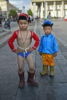 Zwei Knaben posieren als traditionelle Naadam Ringer, Naadam-Fest, Ulanbator, Mongolei