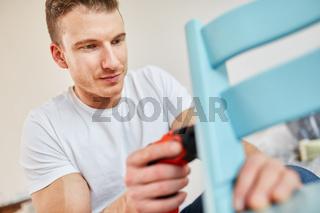 Heimwerker bei der Montage von einem Stuhl
