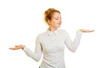 Junge Frau vergleicht Produkt Mockup auf Hand