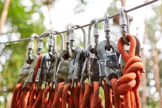 Seile und Karabinerhaken für die Sicherheit
