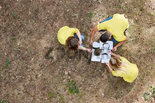 Junge Leute setzen ein Puzzle zusammen