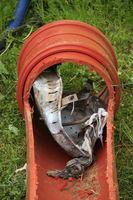 Schmutzfänger wurde verbogen und hat sich in einer Abwasserleitung verkeilt