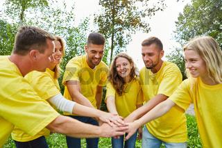 Junge Leute im Start-Up Team stapeln Hände