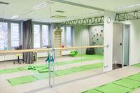 Gymnastikraum mit Spiegel und Yogamatten