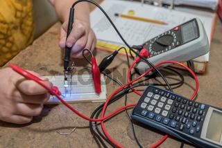 Elektrotechniker mit einem Spannungsprüfer - Nahaufnahme