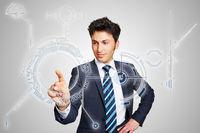 Geschäftsmann nutzt symbolhaftes digitales Interface