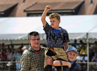Der Siegerauf den Schultern seiner Kameraden, Kantonales Schwingfest Genf, Schweiz