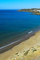 Einsamer Strandläufer läuft am Sandstrand von Praia da Luz, Luz, Algarve, Portugal