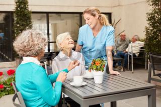 Senior Frauen beim Kaffee trinken