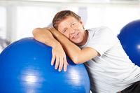 Senior im Fitnesscenter beim Sportkurs