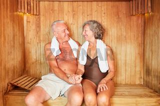 Verliebtes Senioren Paar in der Sauna