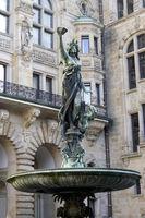 Hygieia-Brunnen, Rathaus im Neorenaissance-Stil