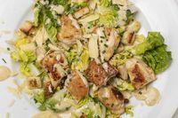 Überblick über Cäsarsalat auf einem Teller