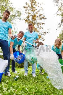 Gruppe freiwilliger Helfer sammelt Abfall