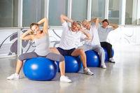 Senioren bei Rückentraining im Fitnesscenter