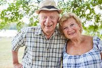 Glückliches Paar Senioren im Herbst im Sommer