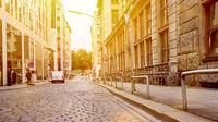 Leere Straße mit Pflastersteinen und Bordstein