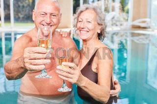 Senioren Paar im Urlaub feiert mit Sekt