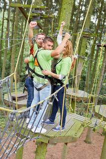 Team jubelt beim Kletterkurs im Hochseilgarten