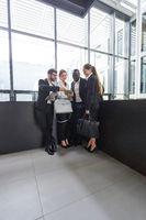 Team bei einem Meeting im modernen Büro