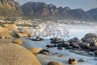 """Abendstimmung am Strand von Camps Bay, im Hintergrund die """"12 Apostel"""" nahe Kapstadt in Südafrika"""