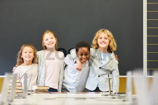 Vier Kinder in der multikulturellen Schule