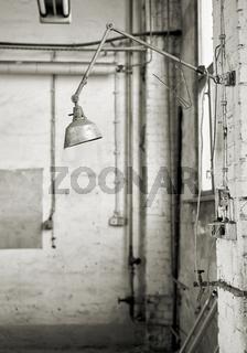 Lampe an einem Arbeitsplatz