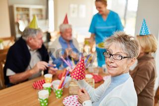 Glückliche Senioren auf einer Geburtstagsfeier