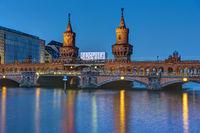 Die Oberbaumbrücke in Berlin bei Nacht