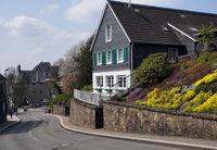 typisches Haus im Bergischen Land, im Hintergrund Schloss Burg