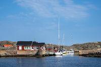 Blick auf die Wetterinseln vor der Stadt Fjällbacka in Schweden