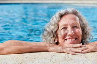 Vitale Senior Frau am Beckenrand