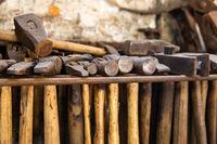 historische Hammerwerkzeuge in einer Schmiede